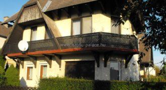 Tokajban 4 szobás 160 m2-es 2 szintes, részben felújított családi ház eladó