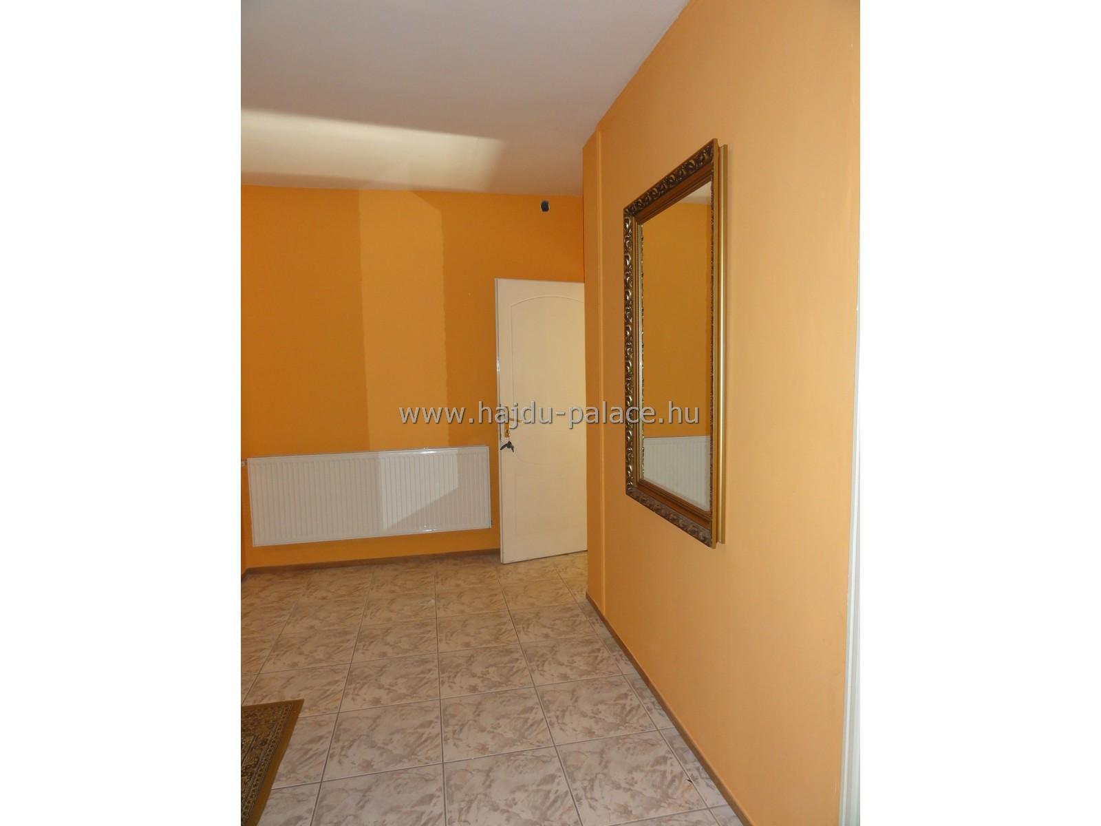 Hajdúszoboszlón eladó 3 szintes, 600 m2 vendégház frekventált üdülőövezeti részen