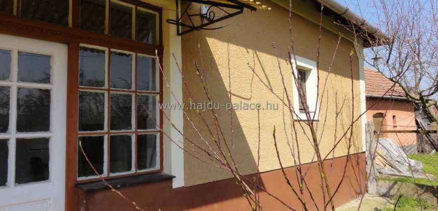 Hajdúbagoson eladó kertre néző lakóház, gazdálkodói udvarral
