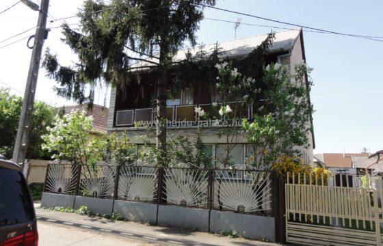 Hajdúszoboszlón 4+2 félszobás, nappalis emeletes családi ház városközpontban eladó