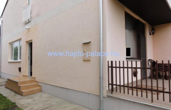 Hajdúszoboszlón üdülőövezetben, emeletes, üdülőből átminősített lakóház eladó
