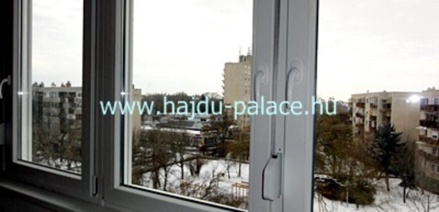 Eladó 3+1 szobás, 4. emeleti panorámás távhős lakás Hajdúszoboszlón