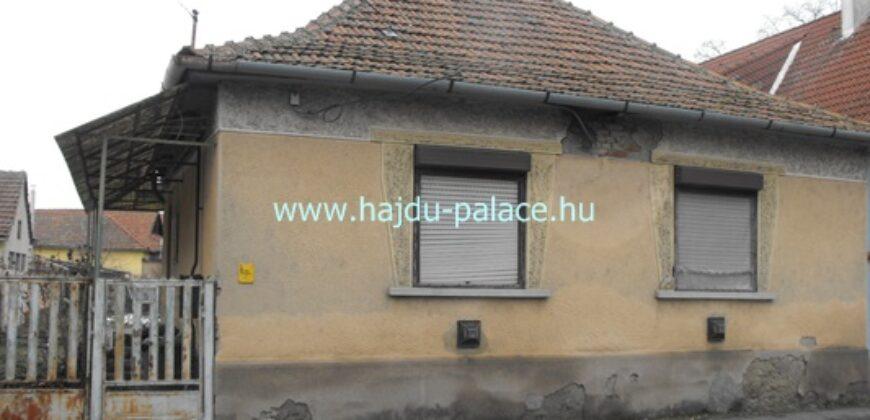 Tokaj óvárosban, Fesztiválkatlan, Bodrog közelében eladó 478 m2 telek lebontandó lakóházzal