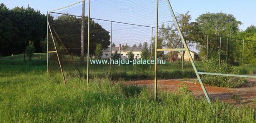Eladó karbantartásra váró teniszpálya Tokajban