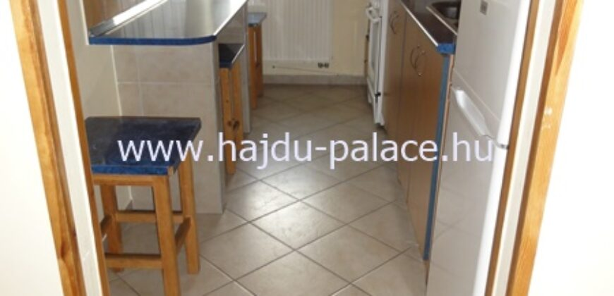 Kiadó 2 szobás lakás Hajdúszoboszló belvárosban, saját parkoló hellyel
