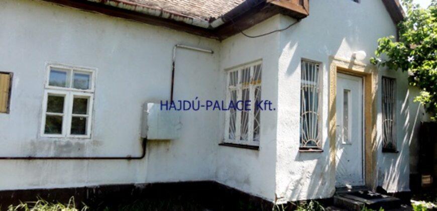 Eladó felújítandó vagy lebontandó lakóház 565 m2 telekkel Hajdúszoboszlón